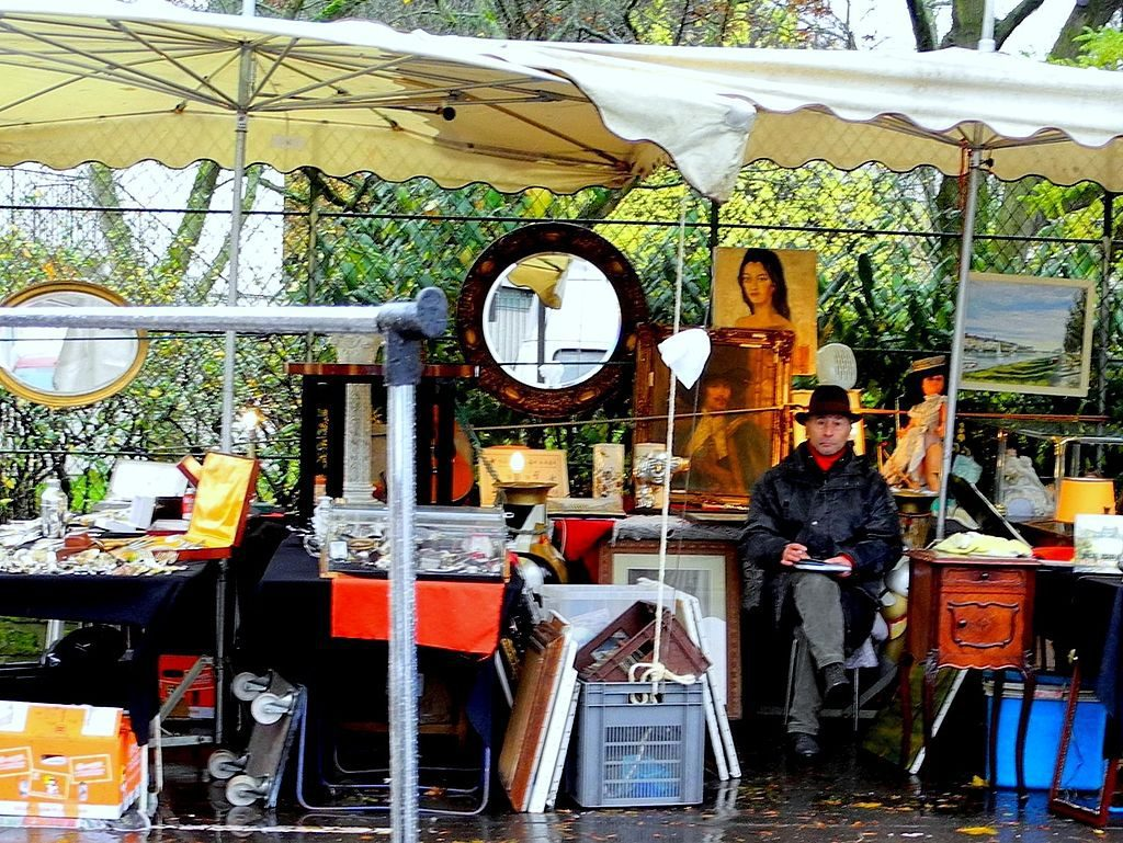 A stall at the Puces de Vanves, in south Paris. Image: Schölla Schwarz [CC BY 3.0 (http://creativecommons.org/licenses/by/3.0)], via Wikimedia Commons