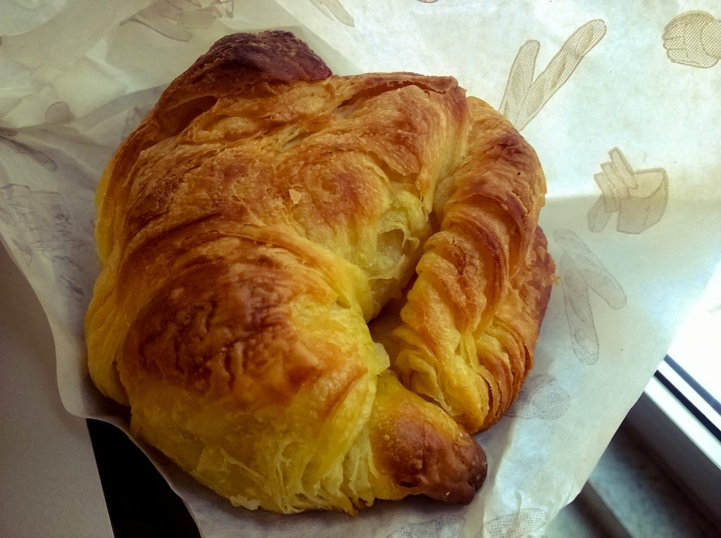 "The ""croissant ordinaire"" (ordinary croissant) features a true crescent shape, unlike the generally superior croissant au beurre. Image: Sam Nabi/Creative Commons"