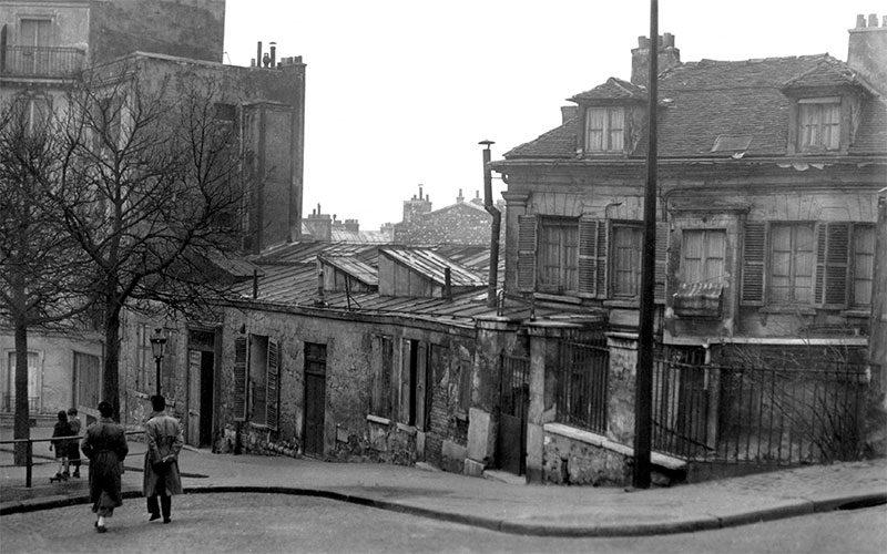 Le Bateau-Lavoir in Paris, circa 1910. Public domain.