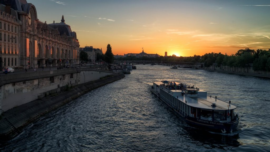 Sunset boat cruise of Paris