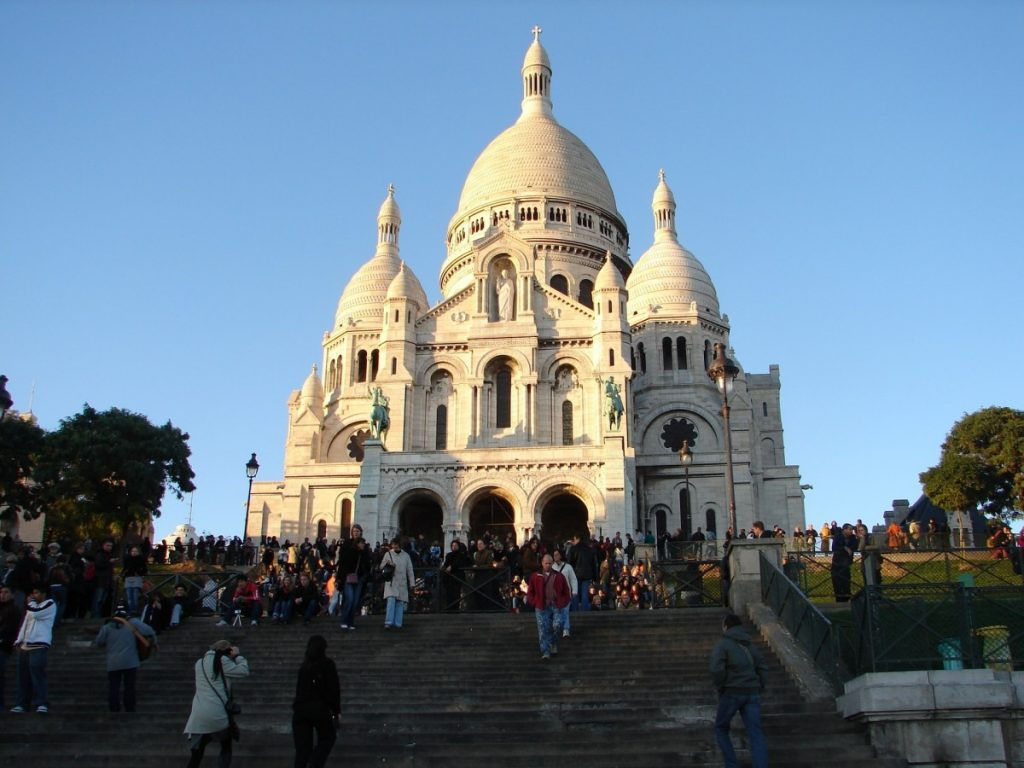 Vendors attempting to scam tourists are a common sight around the Sacré Coeur in Paris. Beware.